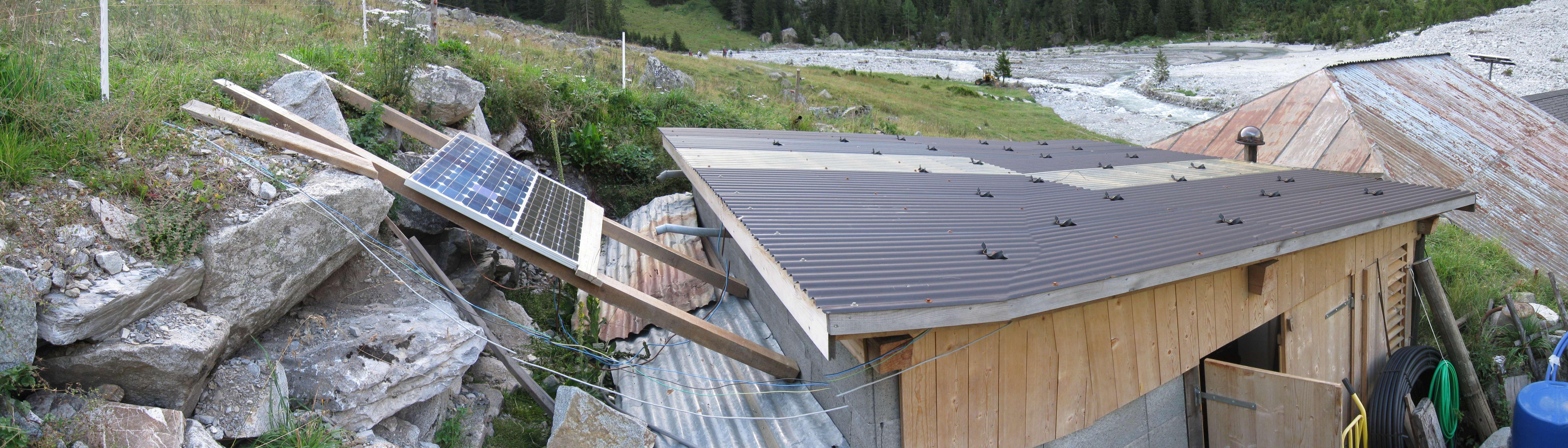 Generatorhaus mit Solarpanels