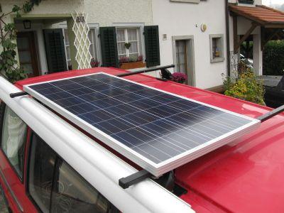Das montierte Solarpanel auf dem Dachträger des VW-Buses