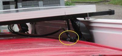 Anschlusskabel mit Stecker provisorisch an der hinteren rechten Dachträgerhalterung mit Kabelbinder fixiert