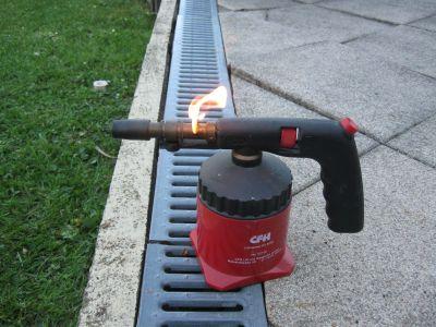 Warum brennt die Lötlampe nach einer gewissen Zeit, nur noch so wenn ich Sie mit dem Feuerzeug anzünde ?
