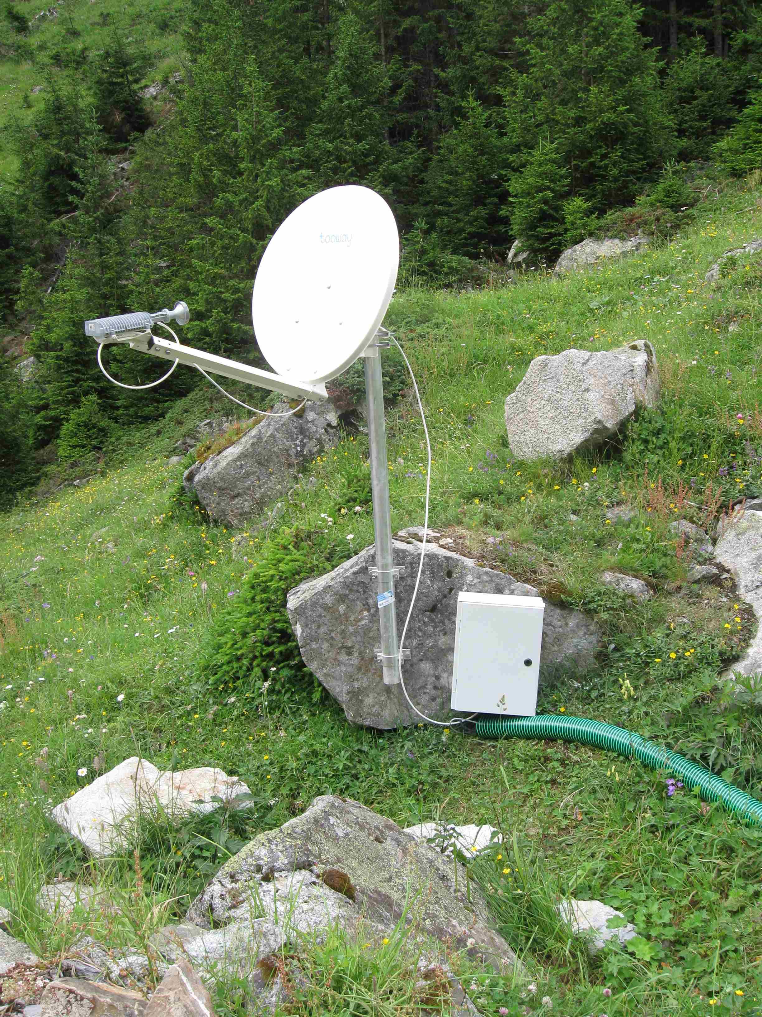 Satellitenschüssel für Internet mit Stromkasten