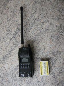 CB-Handfunkgerät Stabo XH 9006e im Grössenvergleich