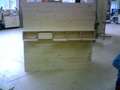 Vorderseite der Eigenkonstruktion der Bienenkästen mit Platz für 10 Völker, welcher dann in den Bauwagen eingebaut wird