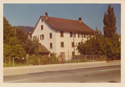 An der damaligen Dorfstrasse 55 in Embrach, einem Bauernbetrieb, bin ich die ersten Jahre Lebensjahre aufgewachsen