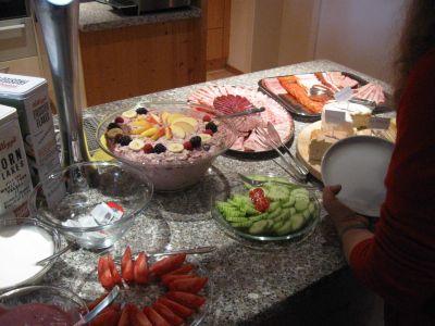 In der Besenbeiz Eichhof erwartete uns ein sehr reichhaltig und gutes Bruchnbuffet, mit Fleisch, Käse ...