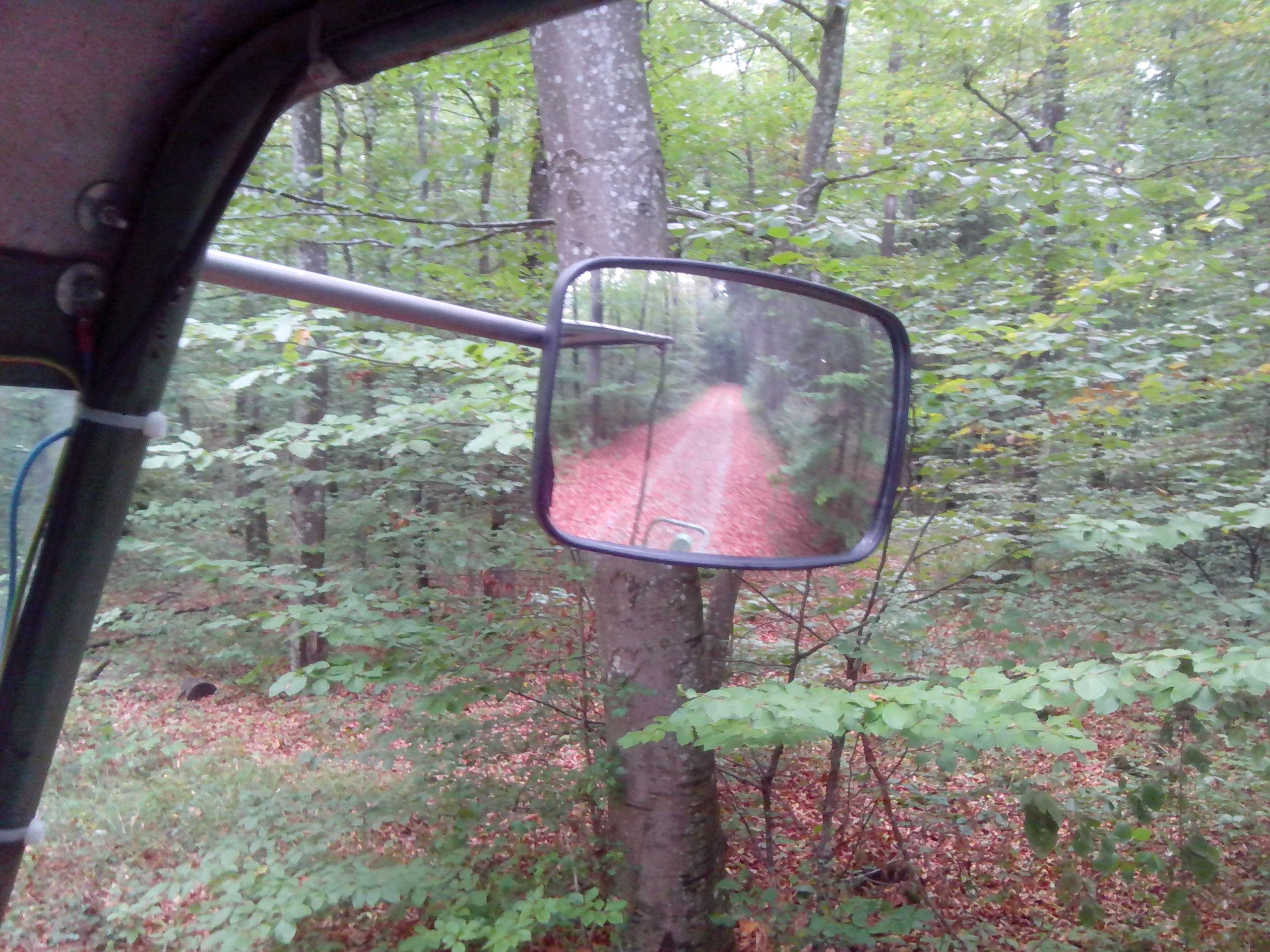 Die neue Rückspiegelhalterung aus einer Titanstange hält auch den Erschütterungen auf Waldwegen stand