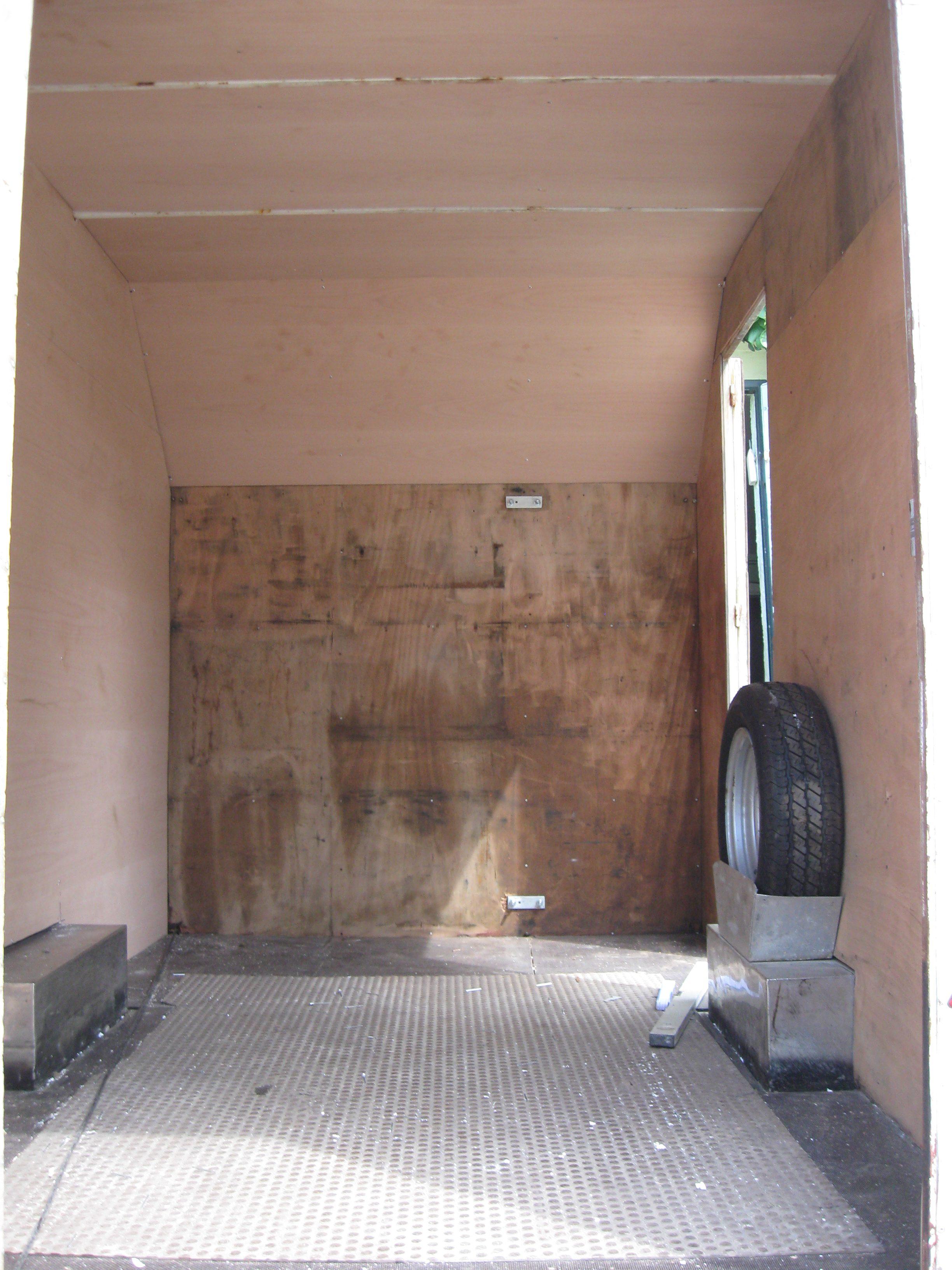 Innenraum des Funkanhängers mit Sperrholz ausgeschlagen