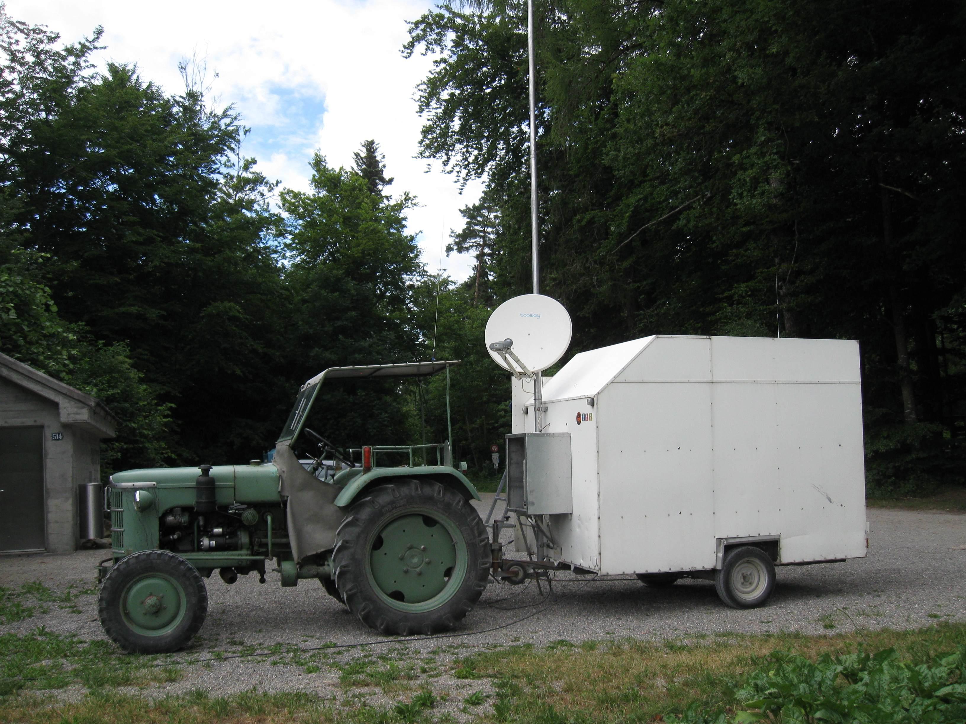 Die Tooway Satellitenschüssel am Masten des Funkanhängers