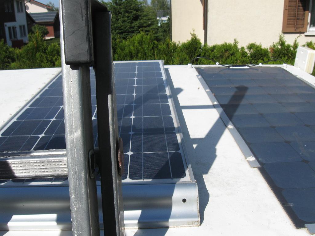 Fotovoltaikpanel von Richi (HED345) auf dem Funkanhängerdach montiert