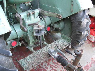 Sowohl Strom wie aber auch das Sicherungsseil für die Anhängerbremse können nun am Traktor angeschlossen werden