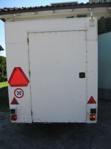 Schlussleuchten funktionieren. Und auch die benötigten Zeichen wurden an der Rückseite vom Anhänger angebracht.