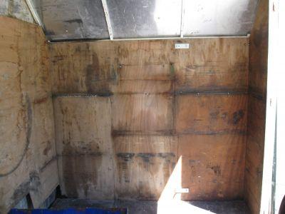 Im Innenraum an der Front und auf der linken Seite die alten Gestelle raus montiert