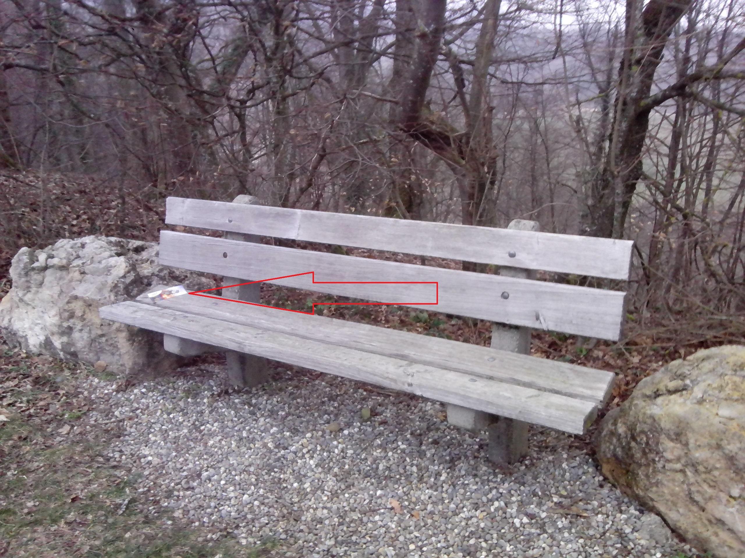 Jemand hat das 'vergessene' wieder auf das Bänkli beim Jägerstand Richtung Eiche gelegt