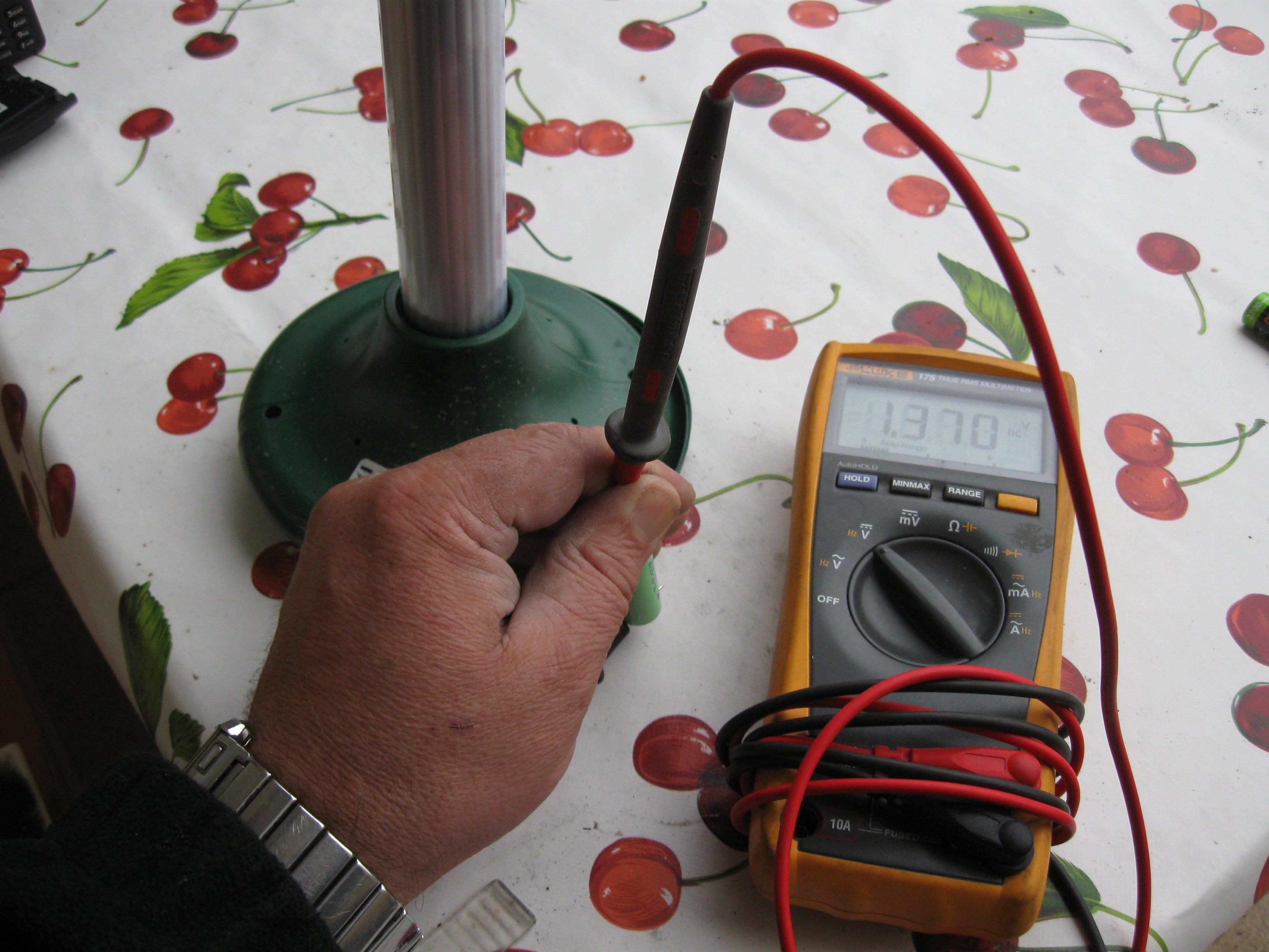 Den geladenen Original-Akku gemessen und wieder in das Gerät eingebaut