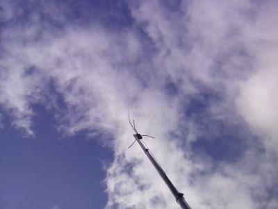 Antenne vom mobilen Funkshack wiegt sich im Wind
