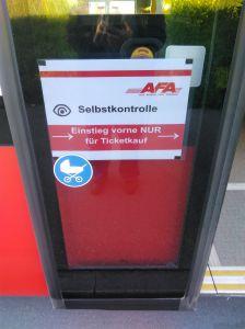 An den hinteren Türe der Buse der Automobilverkehr Frutigen-Adelboden AG steht am 24.Juni 2020 das