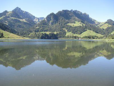 Blick über den Schwarzsee von der einen...
