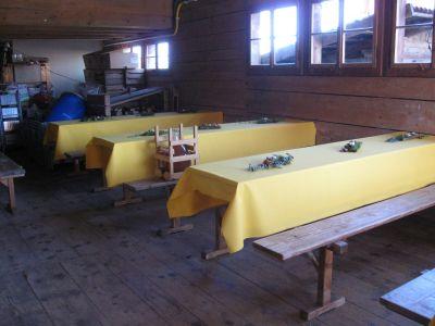 D' Festwirtschaft isch parat und dekoriert vo üsne zwei 'Chüechli-Fraue' mit Sache vom Wald ir Region